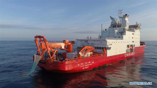 """中国第36次南极考察队在破冰船""""雪龙2号""""上开展工作"""