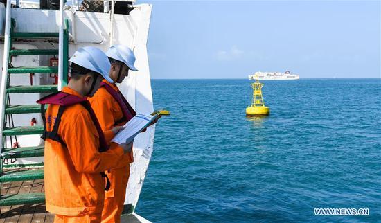 借助北斗导航标记更新琼州海峡的浮标,信标