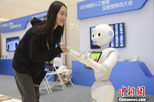 A robot communicates with a visitor at an exhibition in 2019. (File photo/China News Service)