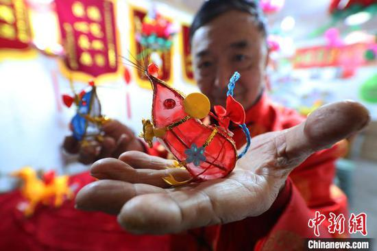 Master of colored lanterns inherits traditional Chinese craftsmanship