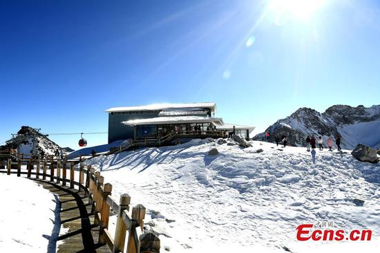 World's 'loneliest' cafe sits on snowy peak in SW China