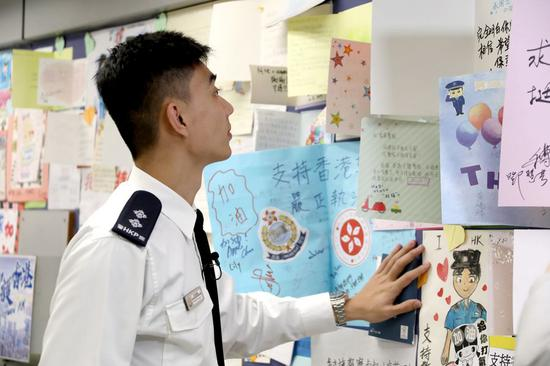 Hong Kong police inspector's road of warmth and bitterness