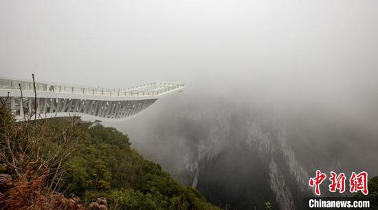 Glass platform opens to tourists in southern China mountain