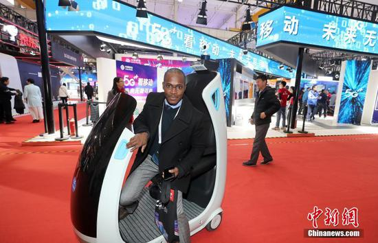 A visitor experiences the smart driving of 5G technology at the World 5G Convention in Beijing, November 21, 2019. (File photo/China News Service)