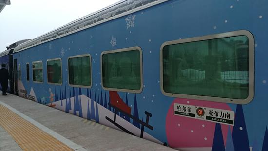 Train No. K7048 leaves Yabuli, a ski resort in Northeast China's Heilongjiang province, on Sunday, to begin service as China's first snow-themed train after two-month trial run. (Photo provided to chinadaily.com.cn)