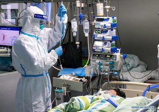 武汉医务人员照顾病人