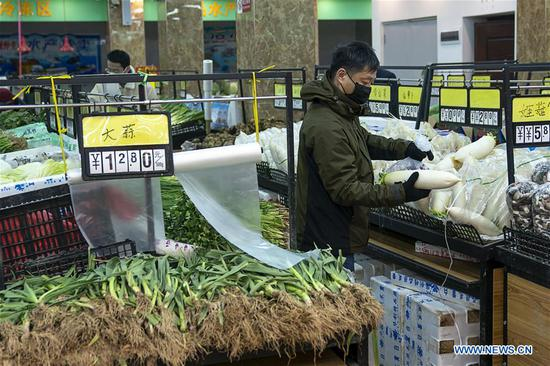 努力控制新型冠状病毒爆发,武汉居民继续生活