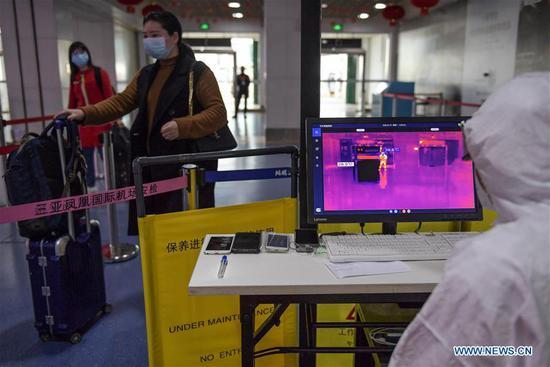 旅客在海南三亚凤凰国际机场接受温度检查