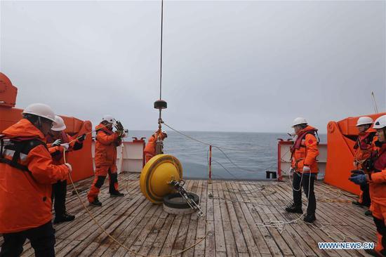 中国第36次南极考察队将两个浮标放入海洋