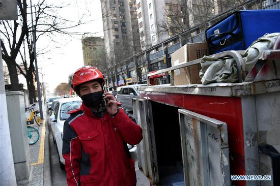 Pic story: deliveryman works during Spring Festival holidays in Xi'an