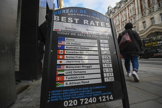 2020年2月1日,一名行人经过英国伦敦的一家货币兑换处。(照片由Stephen Chung /新华社提供)