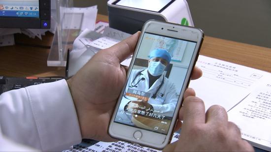 Yemeni doctor Ammar Albaadani makes medical information videos to help reduce panic among people and contain the virus. /CGTN photo