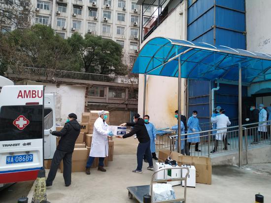 Donated medical supplies arrive at Wuhan University Zhongnan Hospital on Jan 27. (PHOTO/XINHUA)