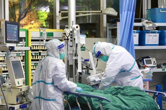 Doctors treat a patient at Wuhan University Zhongnan Hospital. (CHINA DAILY/GAO XIANG)