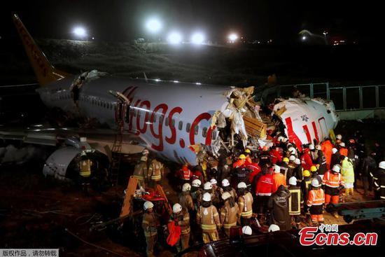 飞机降落在伊斯坦布尔后坠毁