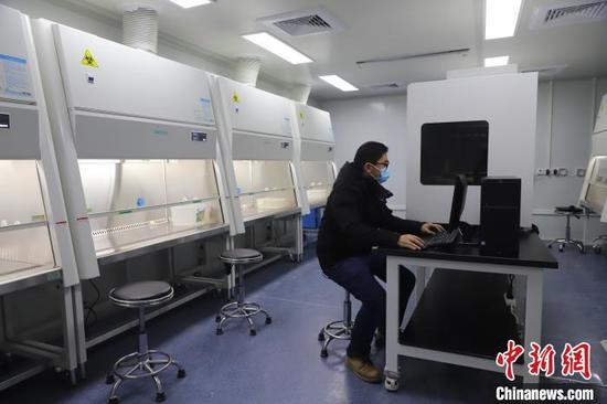 A technician tests the equipment at the Huoyan laboratory in Wuhan, Hubei Province, Feb. 5, 2020. (Photo/China News Service)