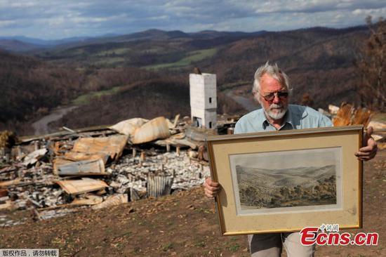澳大利亚农民观看野火摧毁混凝土掩体中的房屋