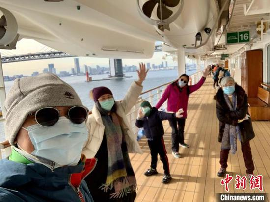 Passengers on Diamond Princess cruise ship wave their hands. The ship has been kept in quarantine off the port of Yokohama after a passenger on board from Hong Kong was found to be infected with the pneumonia-causing virus. (Photo provided to China News Service)