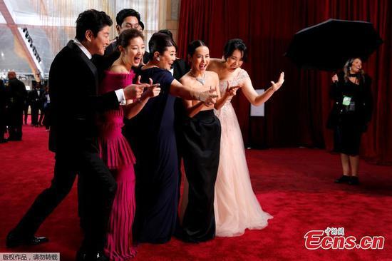 奥斯卡颁奖典礼上,星星在红地毯上闪耀