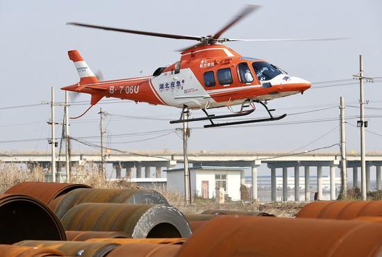 装有补给品的直升机升空执行救援任务
