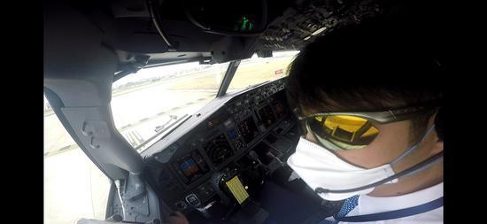 中国飞行员渡轮滞留旅客回家