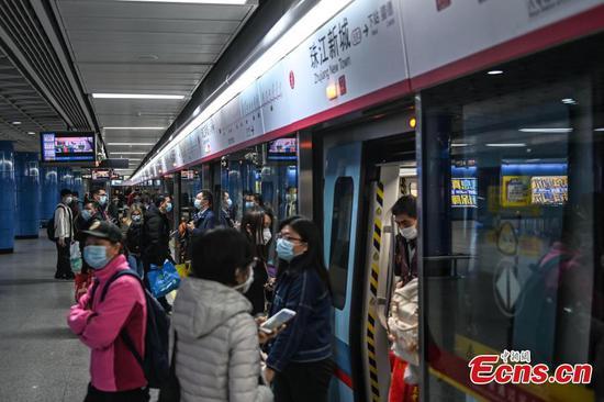 人们在广州长时间休息后重返工作岗位