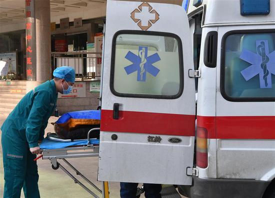 图片故事:95后的男护士在抗击流行病的第一线救助了患者