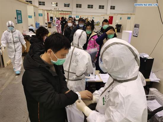 Medical workers treat patients at 'Wuhan Livingroom'