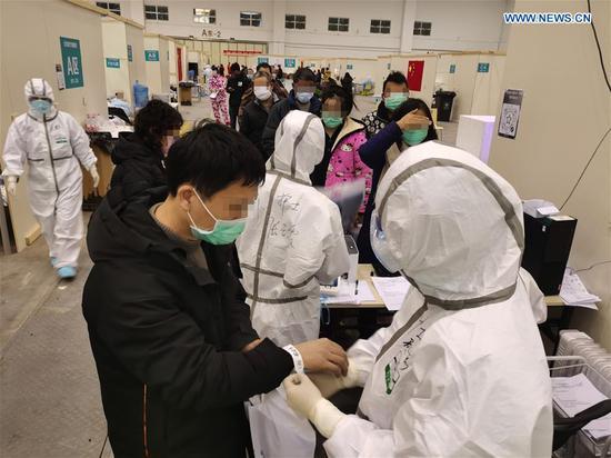 """医务人员在""""武汉起居室""""为病人服务"""