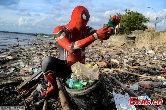 印度尼西亚的蜘蛛侠清理海滩垃圾
