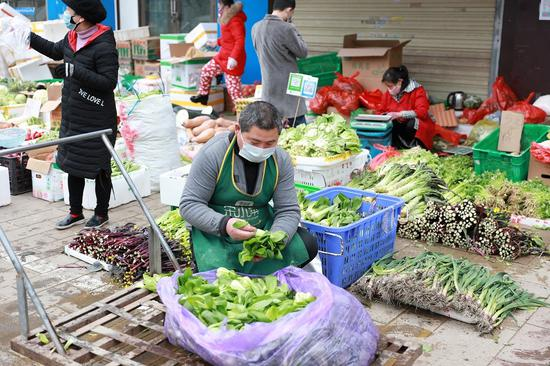 Wuhan open market offers vegetables to residents