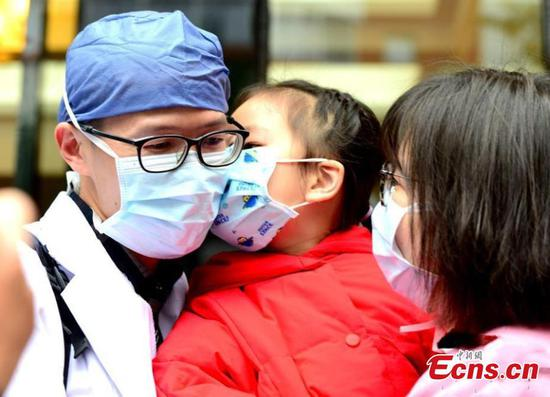 With love and hope,people battle against coronavirus in China