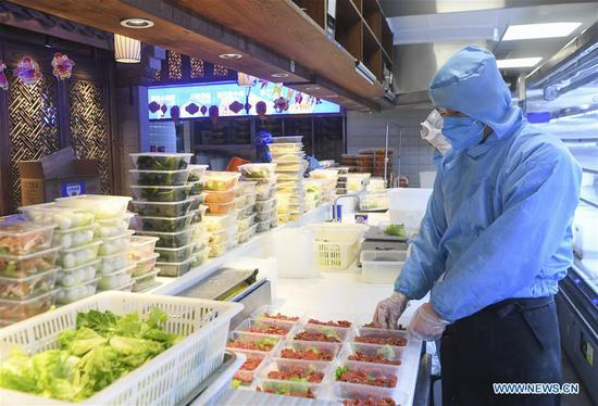 Restaurants provide consumers with zero-contact hot pot takeout service