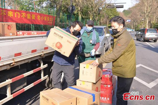 Xinjiang donate fruits to aid epidemic control in Zhejiang