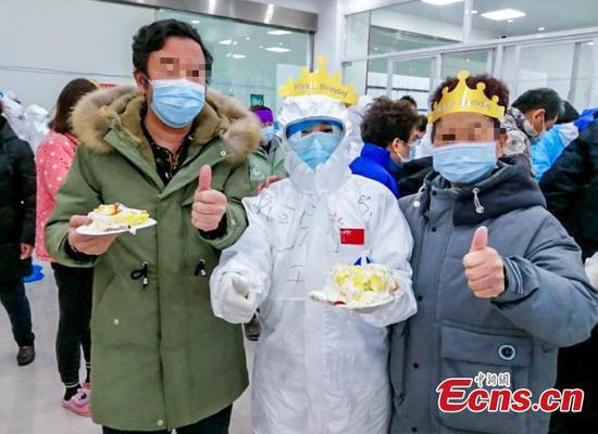武汉客舱医院举行生日特别晚会