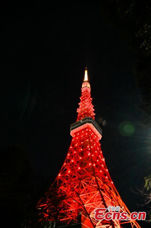 东京铁塔以红色点亮以支持中国的冠状病毒之战