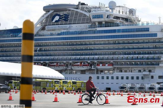 Passengers leave Japan quarantined ship