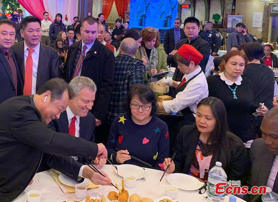 New York City Mayor Bill de Blasio visits a Chinese restaurant in Flushing, New York, Feb. 13, 2020. (Photo: China News Service / Wang Fan)