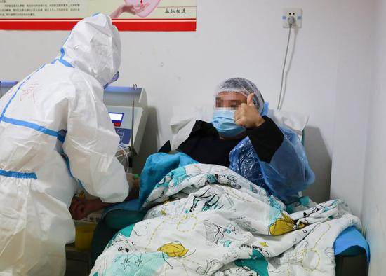 A recovered coronavirus patient donates plasma in Wanzhou District of southwest China's Chongqing Municipality, Feb. 21, 2020. Two recovered patients of coronavirus infection donated plasma in Chongqing on Friday. (Photo by He Hongze/Xinhua)