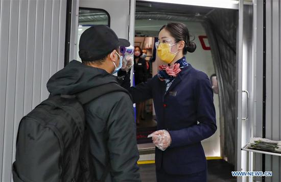 Passengers take customized flight from Chongqing to Ningbo to resume work