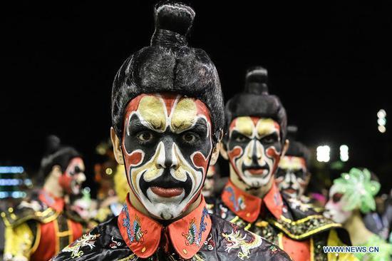 来自中国的桑巴舞秀在巴西的狂欢节上引起了狂欢