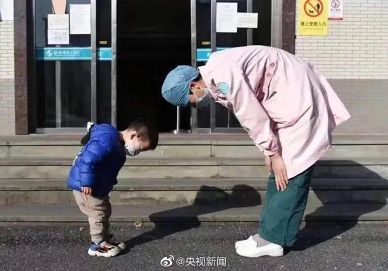 The two-year-old boy expressed his gratitude to the medical professional by bowing to her as a thank you for taking care of him when he was diagnosed with the new coronavirus in Shaoxing City, east China's Zhejiang Province on February 22, 2020. (Photo/CCTV)