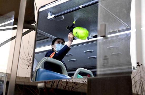 图片故事:公交车司机在流行病控制下采取措施确保出行安全