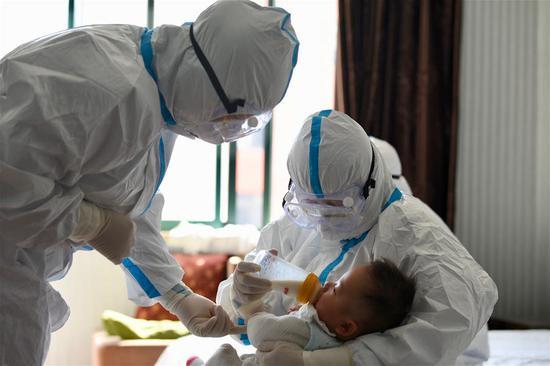 """临时""""母亲""""照顾治愈的COVID-19患者的婴儿"""