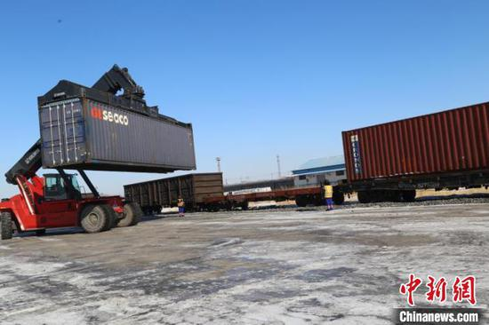A container is lifted onto the Daqing - Zeebrugge freight train at the Wolitun Station, Heilongjiang Province. (Photo provided to China News Service)