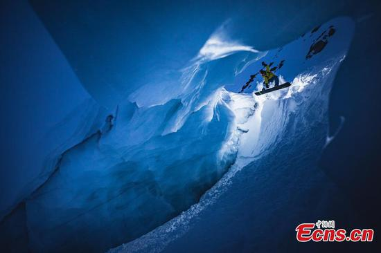 狭窄的冰洞中的夜魔侠滑雪板