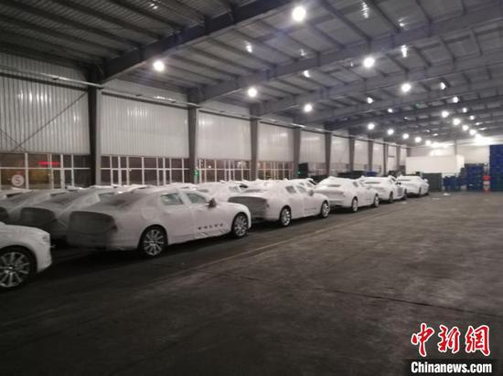 Cars are parked in a container which is to be lifted onto the Daqing - Zeebrugge freight train at the Wolitun Station, Heilongjiang Province. (Photo provided to China News Service)
