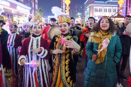 A performance is held at the Xinjiang International Grand Bazaar to celebrate the New Year in Urumqi, northwest China's Xinjiang Uygur Autonomous Region, Dec. 31, 2019. (Xinhua/Ding Lei)