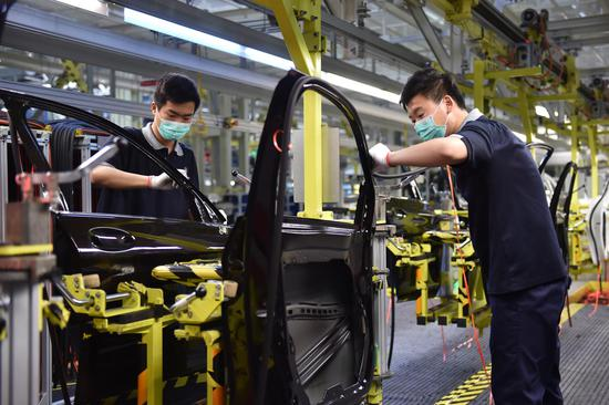 Staff members work at a factory of Beijing Benz Automotive. Co., Ltd. in Beijing, capital of China, Feb. 21, 2020. (Xinhua/Chen Zhonghao)