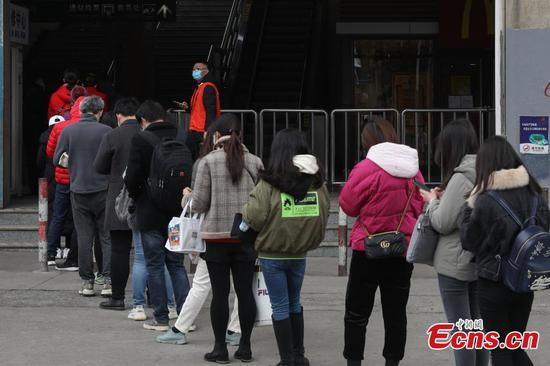 Subway stations in Shanghai control number of passengers